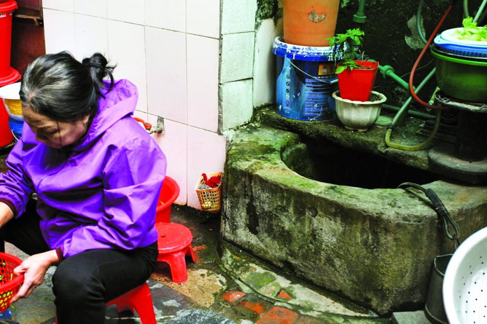 Ngõ Huyện là con ngõ còn nhiều giếng cổ,  các giếng vẫn đang được người dân sử dụng