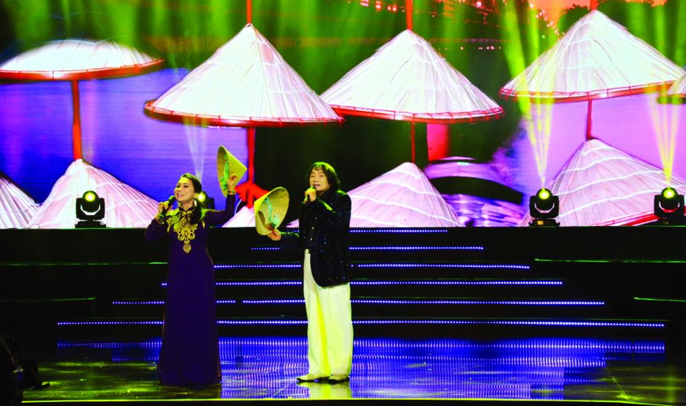 NSND Bạch Tuyết và NSND Minh Vương biểu diễn trong một chương trình phục vụ kiều bào