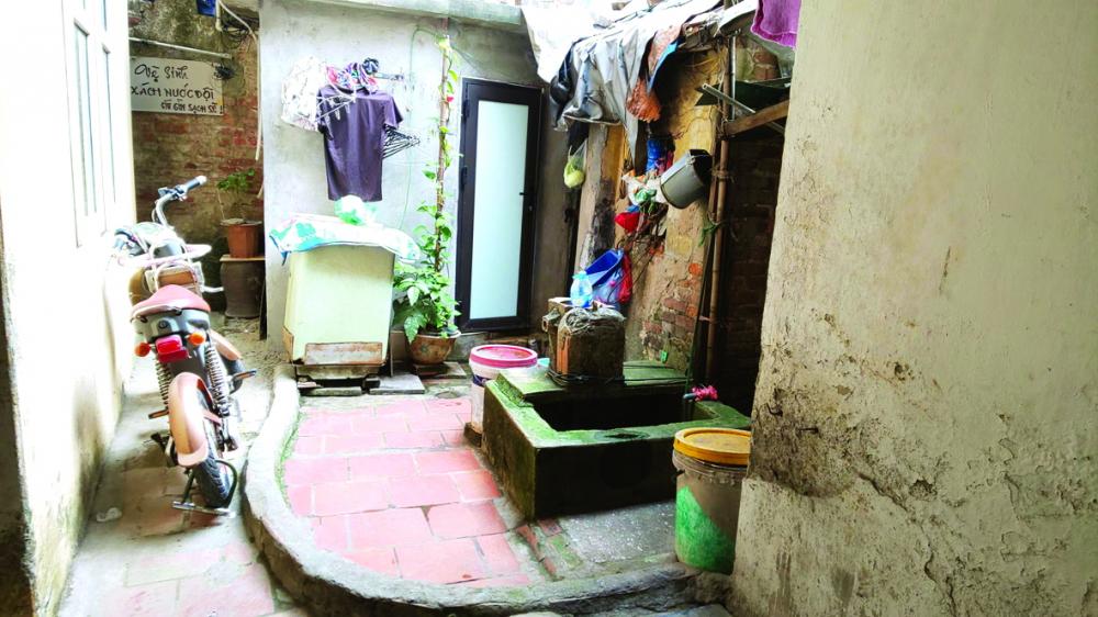 Giếng vuông nằm sâu trong con ngõ nhỏ  của phố Nhà Chung