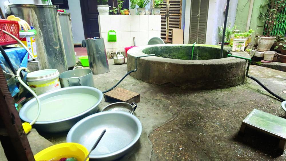 Nước máy đã có từ lâu nhưng người dân  vẫn sử dụng nước giếng khơi như  một thói quen đã theo họ từ ngày thơ bé
