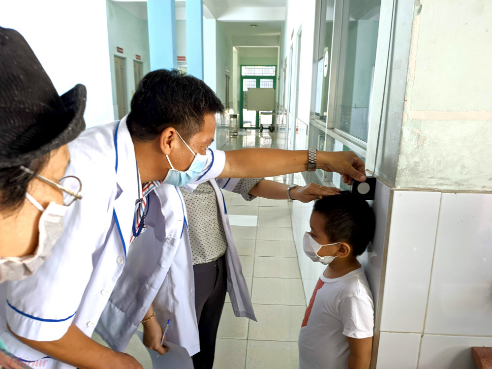 Bệnh nhi đến khám tại trạm y tế