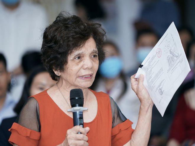 Bà Nguyễn Thị Châm năm nay đã 77 tuổi phải ôm đơn đi khắp nơi vì mua nhà nhưng Ban quản trị không cho vào