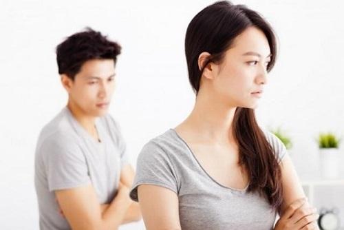 Ly hôn thành công, cũng đã có vợ mới hợp ý, vậy mà anh không sao quên được mối hận vợ cũ. Ảnh minh họa
