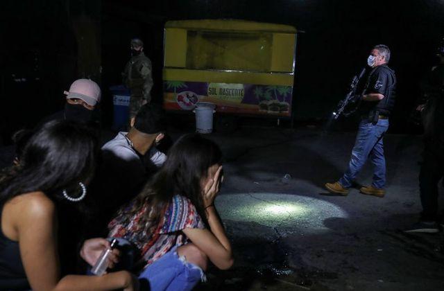 Cảnh sát Brazil đột kích bữa tiệc bất hợp pháp hơn 600 người, vi phạm các biện pháp hạn chế của chính quyền.