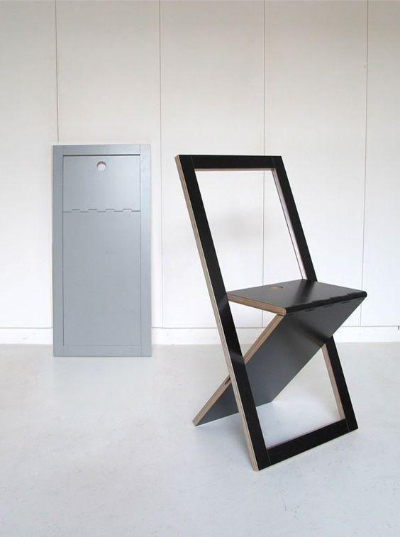 Hình 1. Một chiếc ghế gấp tối giản màu đen như một tác phẩm nghệ thuật là một ý tưởng tuyệt vời cho bất kỳ không gian nhỏ hiện đại nào.