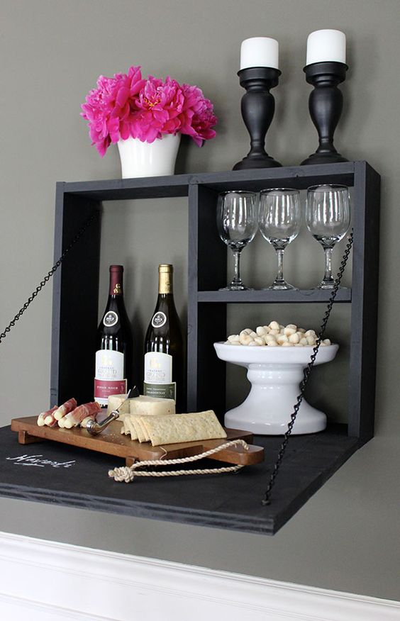 Hình 2. Một quầy bar bằng bảng đen treo tường có thể gập lại để đựng nến, rượu, ly và nhiều món khai vị khác nhau thật tiện lợi và sang trọng mang phong cách châu Âu.