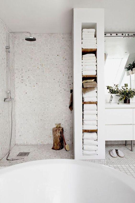 Hình 7. Tích hợp tủ âm tường có nhiều kệ ở ngay giữa phòng tắm và nhà vệ sinh để tối ưu hóa không gian ngôi nhà.