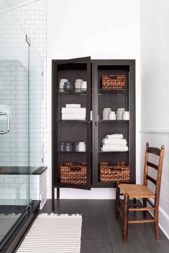 Hình 3. Tủ kính đựng khăn tắm là một dụng cụ  cất giữ khăn tắm đẹp mắt, sang trọng phù hợp cho phòng tắm lớn.