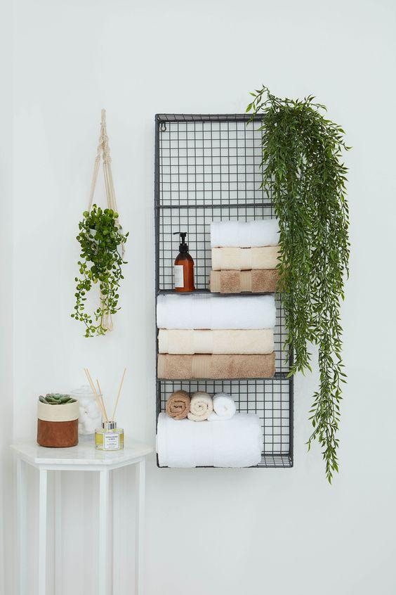 Hình 2.  Kệ treo tường bằng kim loại để lưu trữ khăn tắm, xà phòng, điểm xuyến cây xanh là một giải pháp hay để tiết kiệm diện tích sàn và mang lại không khí dịu mát cho phòng tắm.