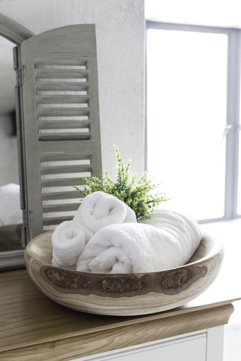 Hình 8. Đặt một chiếc chậu gỗ sang trọng để đựng khăn tắm là một ý tưởng sáng tạo cho một phòng tắm lớn, đồng thời cũng có thể đặt một chiếc bát nhỏ hơn để đựng xà phòng.