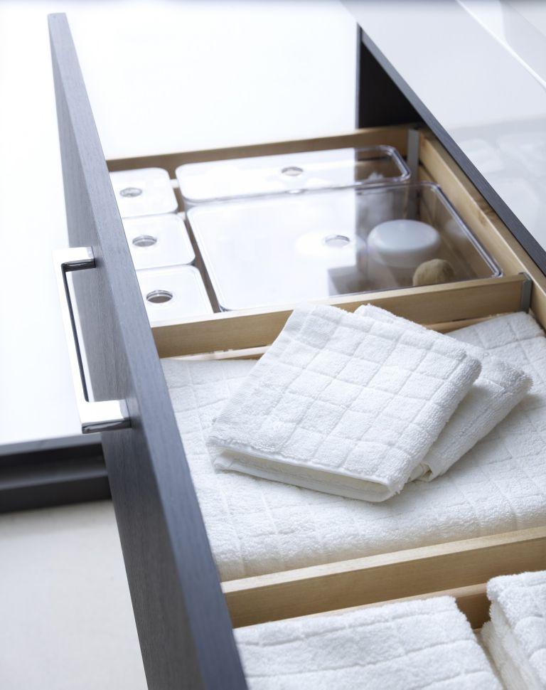 Hình 4. Ngăn kéo trong bàn trang điểm sẽ tiết kiệm nhiều không gian và chứa mọi thứ bạn cần, từ khăn tắm đến đồ trang điểm