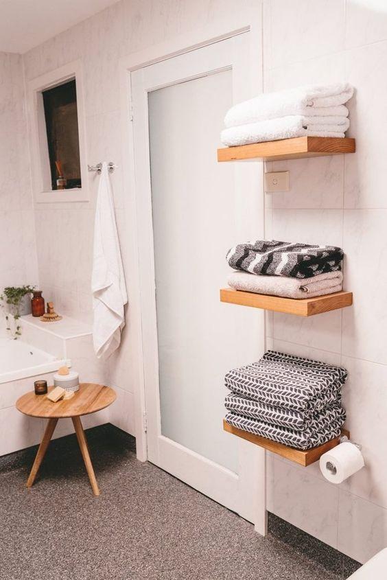 Hình 6. Kệ nổi để khăn tắm vừa đảm bảo không gian gọn gàng, ngăn nắp vừa toát lên vẻ hiện đại