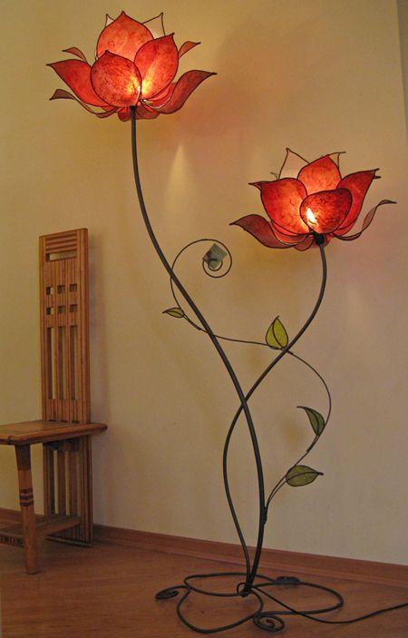 Hình 9. Cây đèn sàn khổng lồ với những chụp đèn hoa màu đỏ cùng những chiếc lá xanh cách điệu trông mới lạ, tinh tế và cổ điển sang trọng