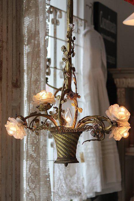 Chiếc đèn chùm hoa lạ mắt với một chiếc giỏ và những bông hoa có chức năng như đèn chiếu sáng là một ý tưởng diệu kỳ ấn, thu hút.