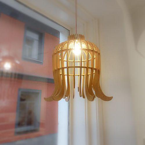 Hình 6. Chiếc đèn trần mặt dây chuyền bằng ván ép hình bông hoa hé nở là ý tưởng sáng tạo và hiện đại cho nội thất của ngôi nhà.