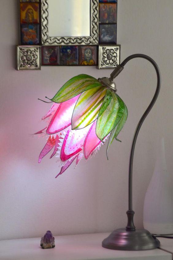 Hình 3.Chiếc đèn bàn đầy màu sắc lấy cảm hứng từ bông hoa săn mồi quyến rũ mang đến nét vui tươi, tràn đầy sức sống và trở thành điểm nhấn nổi bật cho ngôi nhà.