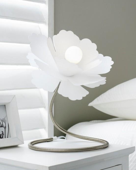 Hình 10. Chiếc đèn bàn hình bông hoa màu trắng bằng kim loại với chụp đèn lớn là trang trí bổ sung sáng tạo cho phòng ngủ nhã nhặn, hài hòa.