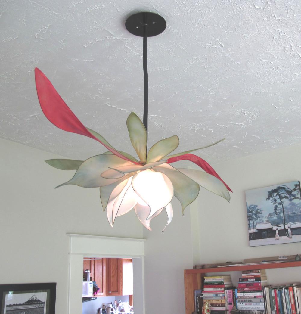 Hình 2. Đèn chùm hình bông hoa nở bung táo bạo phối màu đậm nhạt nghệ thuật từ xanh lá cây, đến hồng và đỏ trông thật ấn tượng và mang theo không khí mát mẻ cho không gian đọc sách.