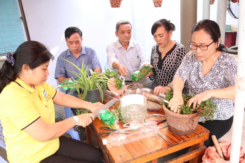 Tận dụng các loại chai nhựa làm chậu trồng cây kiểng và hoa.