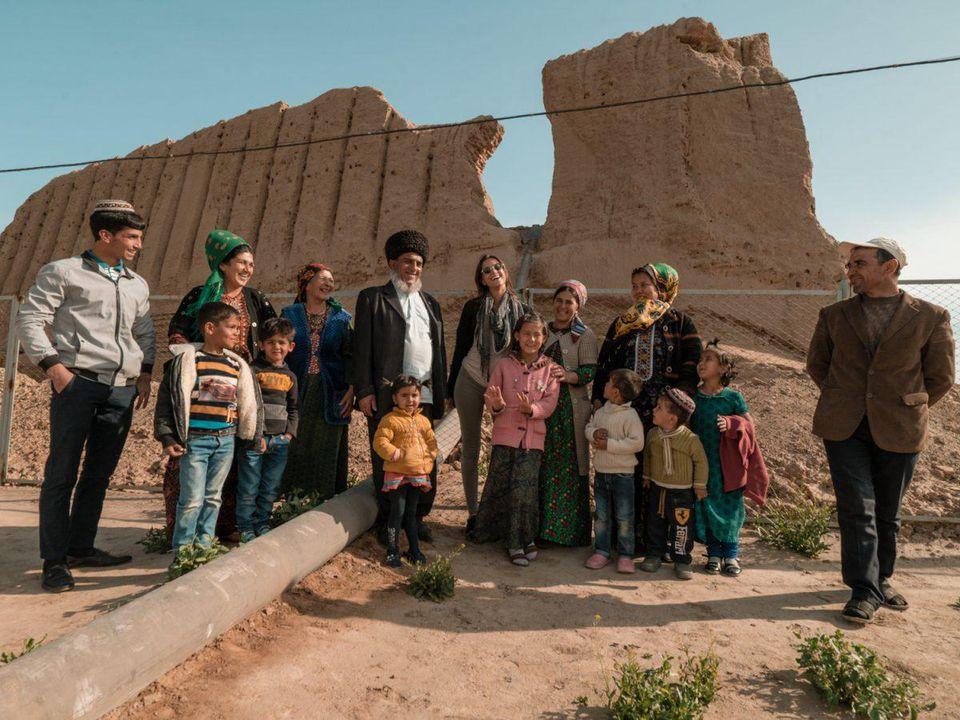 Alford luôn tìm cơ hội để kết nối và tương tác với người dân địa phương nơi cô đến. Trong ảnh là lúc cô chụp chung với trẻ em và nông dân ở Turkmenistan