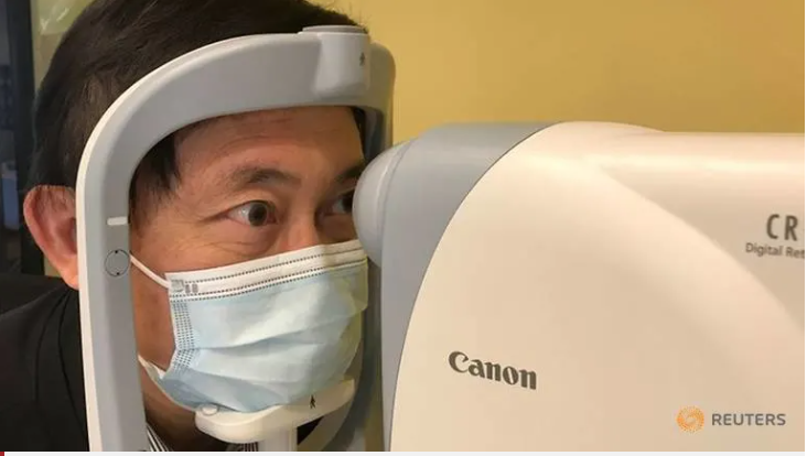 Giáo sư Benny Zee nghiên cứu kỹ thuật scan võng mạc để phát hiện bệnh tự kỷ ở trẻ em