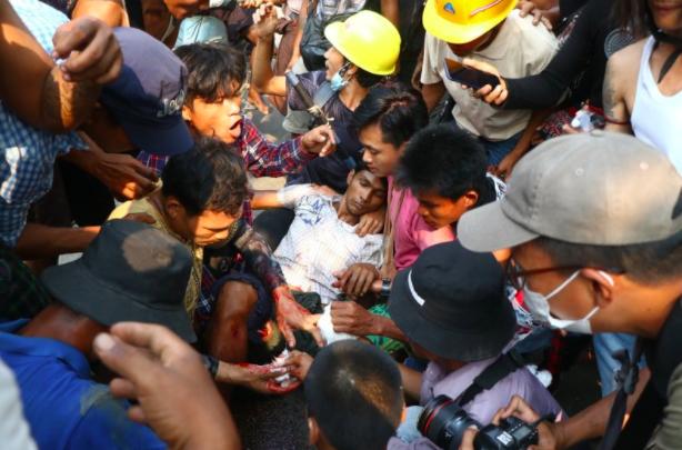 Ước tính kể từ cuộc đảo chính ngày 1/2 đến nay đã có ít nhất 100 người dân Myanmar thiệt mạng trong các cuộc đối đầu với cảnh sát và quân đội