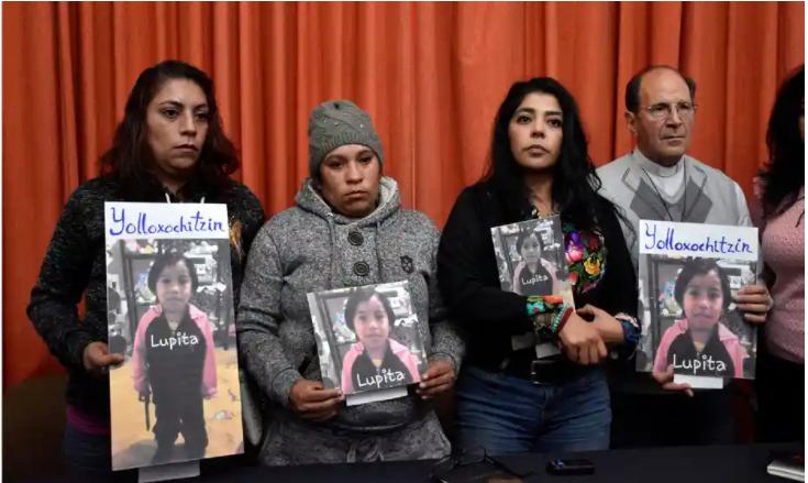 Frida Guerrera cùng người thân của Guadalupe Medina Pichardo - 'Lupita' - một bé gái bốn tuổi được tìm thấy đã chết ở bang Mexico, tháng 1/2018 - Ảnh: GDA / El Universal / Mexico / AP