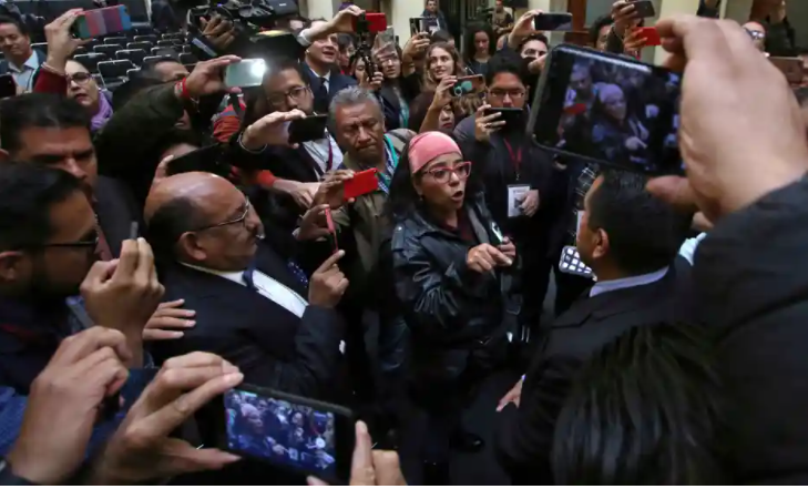 Frida Guerrera trong cuộc họp báo với tổng thống Mexico Andrés Manuel López Obrador tại Cung điện Quốc gia ở Mexico City, tháng 2/2020 - Ảnh: AP