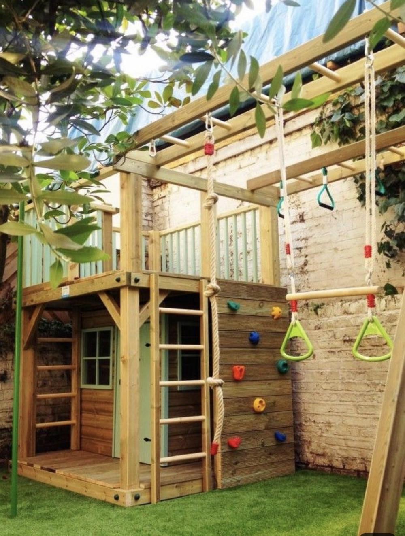 Hình 9. Một bãi cỏ xanh, một ngôi nhà gỗ, cầu thang, tường leo núi và nhiều môn thể thao khác nhau cho trẻ thoải mái vận động.