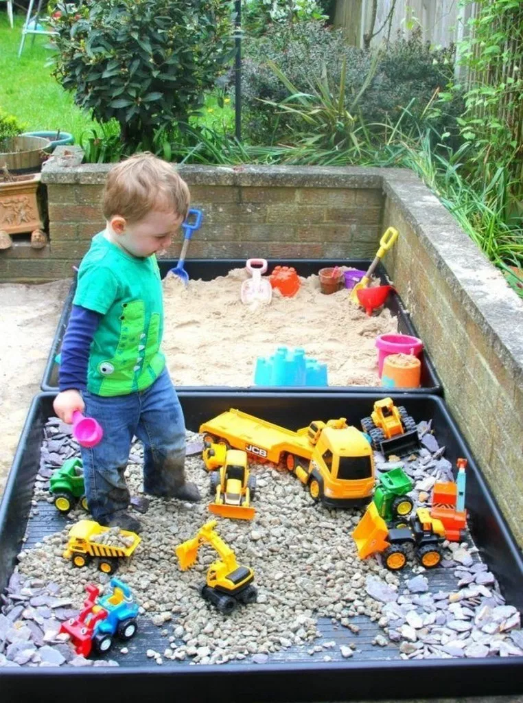 Hình 4. Đối với những bé trai hiếu động, đam mê thế giới xe thì thiết kế một hộp cát nhỏ với bộ sưu tập đủ mọi phương tiện giao thông, cơ giới là sân chơi thú vị, bổ ích.