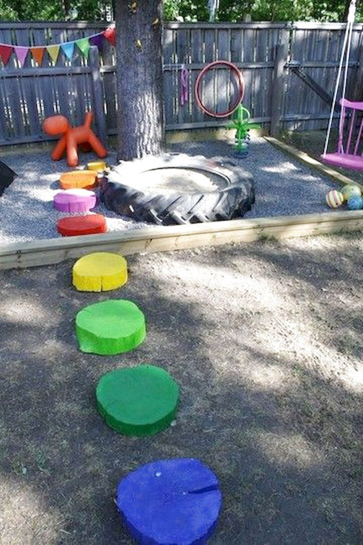 Hình 10. Một sân chơi với hàng rào rực rỡ, những gốc cây nhiều màu sắc làm bàn đạp tinh nghịch được tận dụng bởi những vật dụng bỏ đi như lốp xe, vải, màu,...