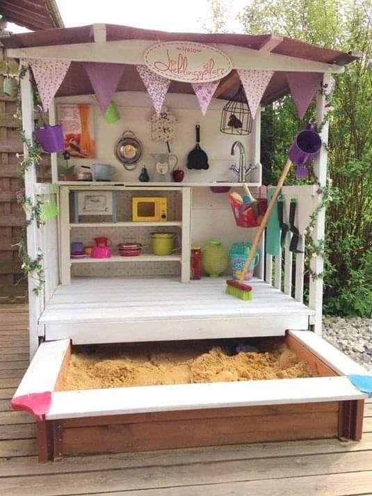 Hình 3. Một nhà kho đáng yêu với góc bếp đủ trang bị đồ chơi nấu ăn cùng với hộp cát là một ý tưởng sáng tạo cho bé gái.