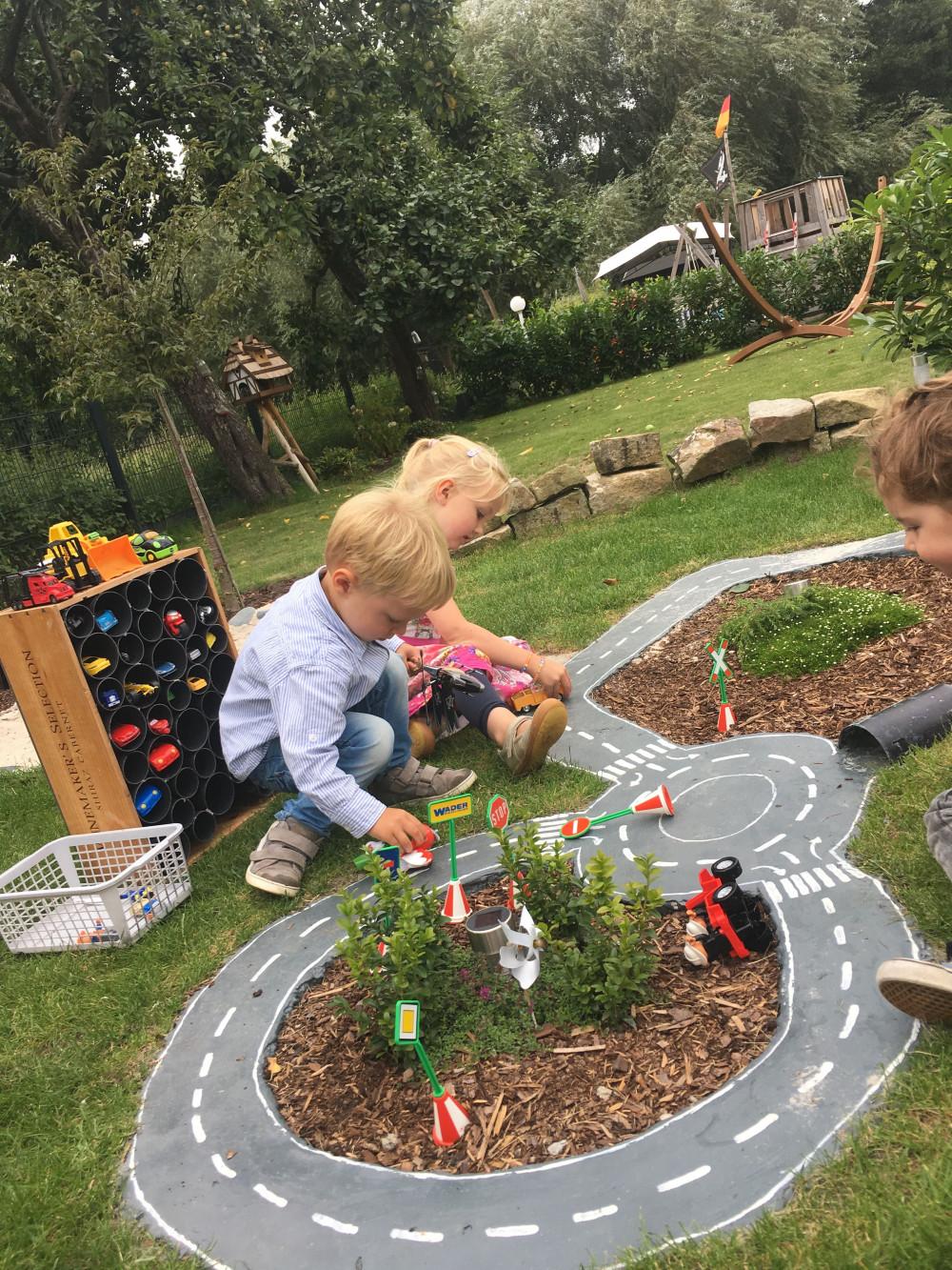 Hình 1. Một khu vui chơi ở sân sau với các đường đua sẽ thu hút cả bé gái và bé trai được trải nghiệm sống động như hiện thực.