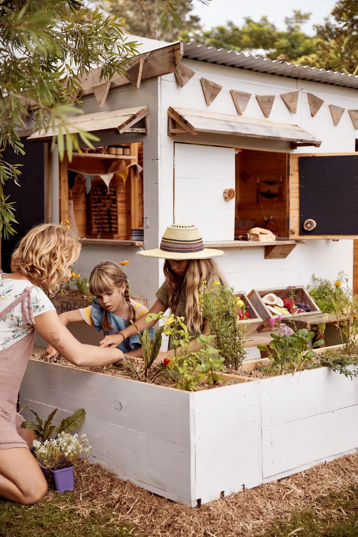 Hình 7. Khu vườn ngoài trời cho trẻ chăm sóc cây cối và hào hứng chuẩn bị  những bữa ăn ngon từ những nguyên liệu thu hoạch được.