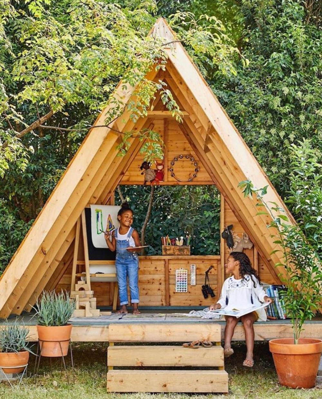 Hình 5. Một lều gỗ bí mật ngoài khu vườn có góc đọc sách, giá vẽ tranh cho bé tự do khám phá.