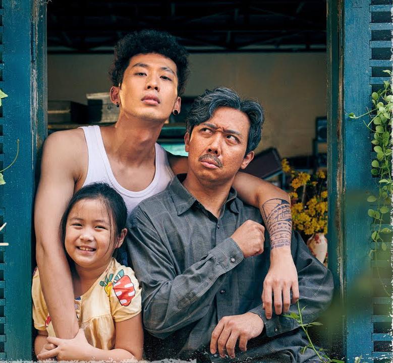 Trấn Thành, Tuấn Trần và bé Ngân Chi trong phim Bố già