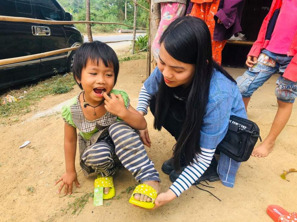 Niềm vui của tôi là đi khắp nơi gặp gỡ và hỗ trợ các em mồ côi, những người giá neo đơn, người nghèo