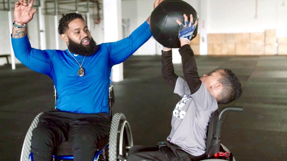 Wesley Hamilton (trái) trong buổi tập luyện và chia sẻ hoạt động của mình - Ảnh: CNN