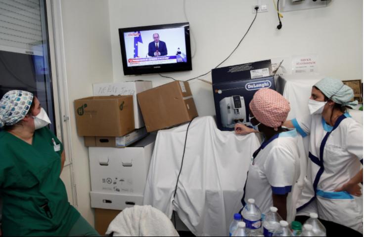 Các nhân viên y tế chú ý lắng nghe Thủ tướng Pháp Jean Castex phát biểu.