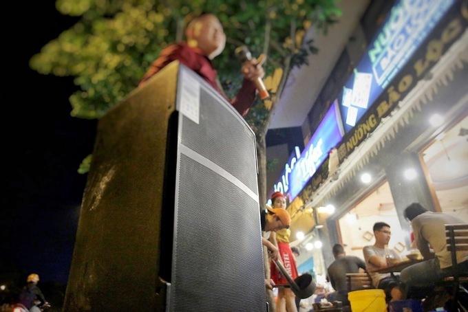 Quán nhậu dùng loa thùng phục vụ khách hát karaoke - Ảnh: VNE