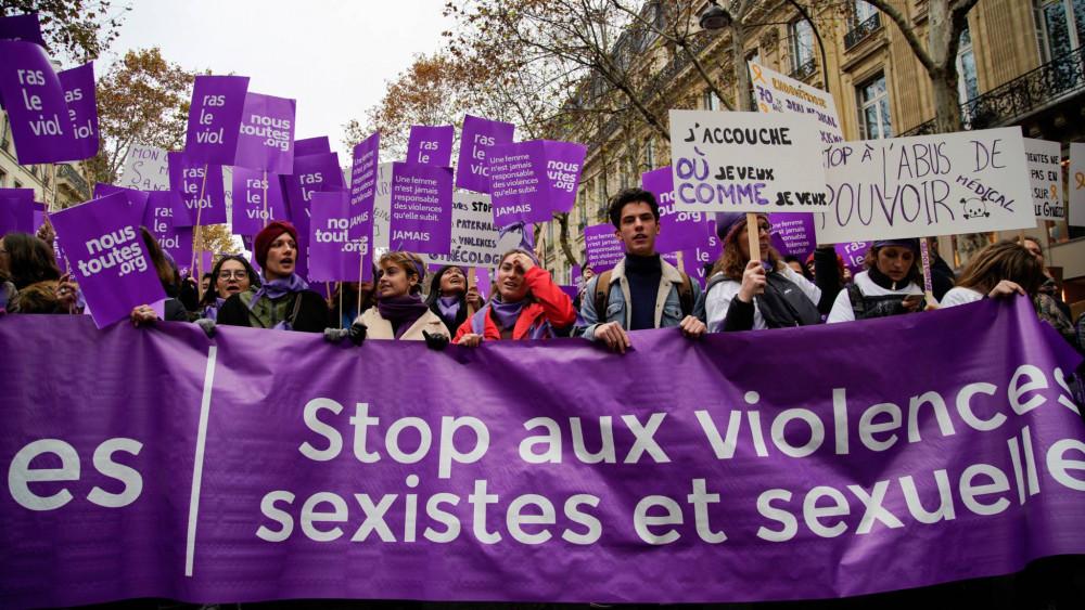 Luật hiện hành của Pháp bị cho là không bảo vệ trẻ em gái khỏi vấn nạn hiếp dâm. Người dân Pháp đã nhiều lần bày tỏ sự phản đối với lỗ hổng trong hệ thống luật của Pháp - Ảnh: AFP