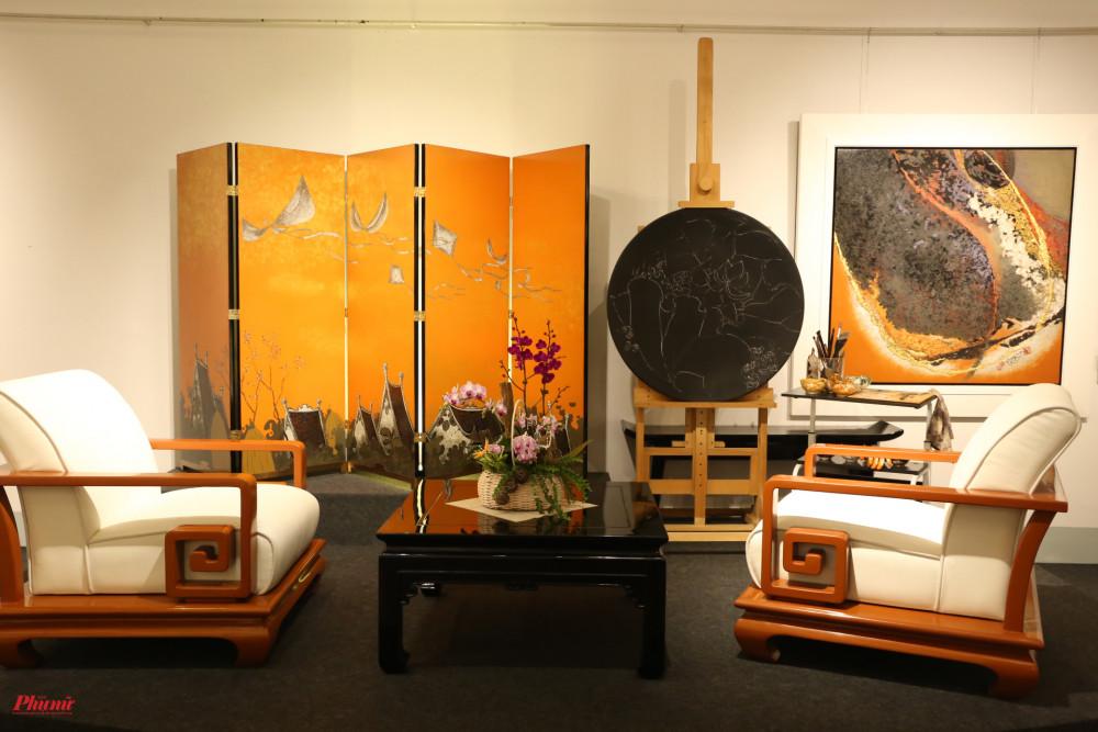 Góc sắp đặt của hoạ sĩ Hoài Hương tại triển lãm.