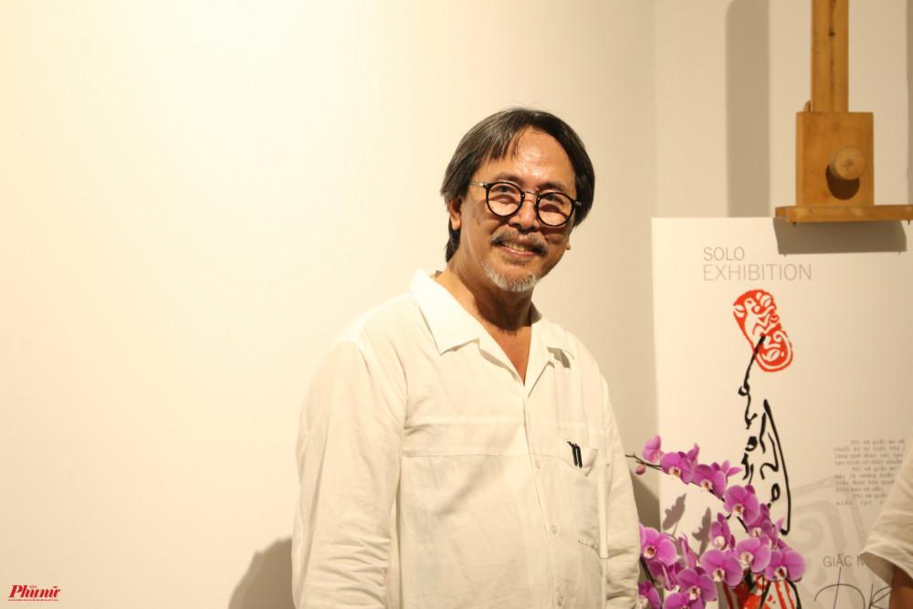Hoạ sĩ Hoài Hương tại triển lãm cá nhân trong buổi khai mạc tối 20/3 tại Bảo tàng Mỹ thuật TPHCM.