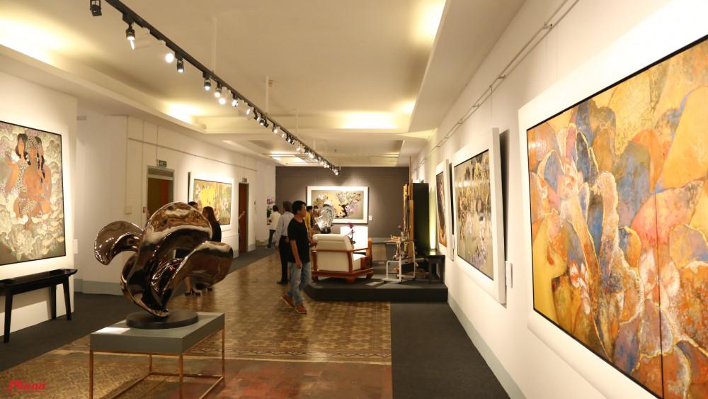 Các tác phẩm điêu khắc được đặt ở giữa.