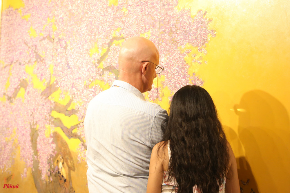 Nhiều người xem quan sát khá kỹ những tác phẩm của hoạ sĩ Hoài Hương.
