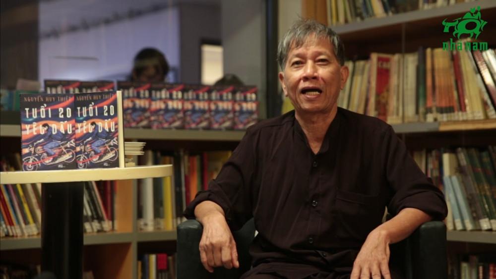 Nhà văn Nguyễn Huy Thiệp trong lần giới thiệu về cuốn Tuổi 20 yêu dấu.