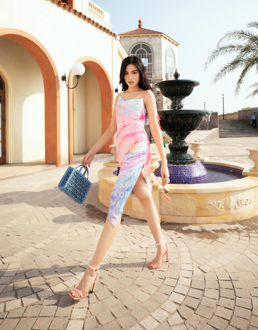 Chiều 20/3, show thời trang Fashion Voyage diễn ra tại Phú Quốc với sự tham gia của NTK Adrian Anh Tuấn, Lê Thanh Hoà... Trong đó, NTK Adrian Anh tuấn giới