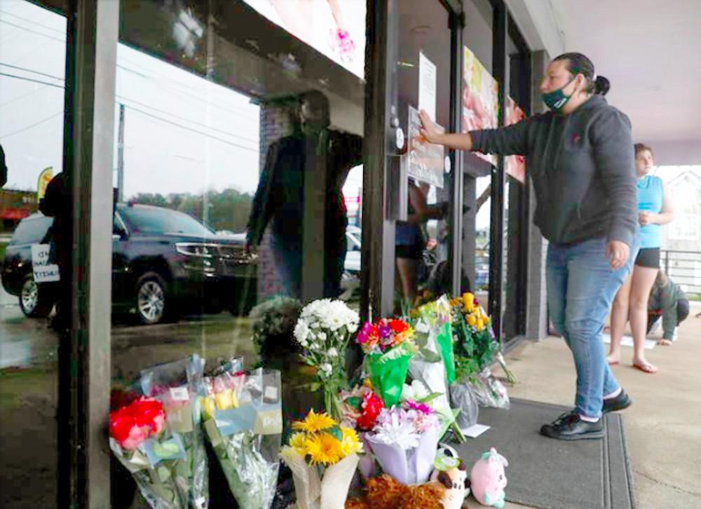 Người dân bày hoa và tưởng niệm những nạn nhân hai vụ xả súng vào tiệm spa của người gốc Á hôm 16/3 ở Atlanta, bang Georgia, Mỹ - Ảnh: EPA