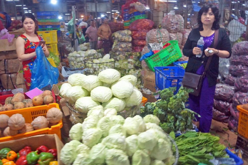 Giá nông sản, thực phẩm tại các chợ đầu mối khá thấp nhưng về đến chợ lẻ thường tăng gấp đôi, gấp ba
