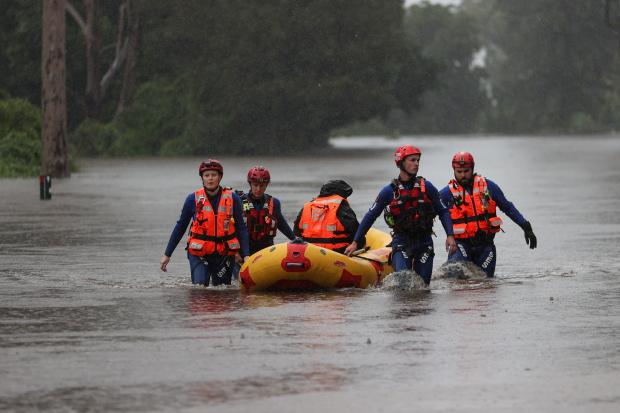 Đội cứu hộ di chuyển người dân đến vùng an toàn.